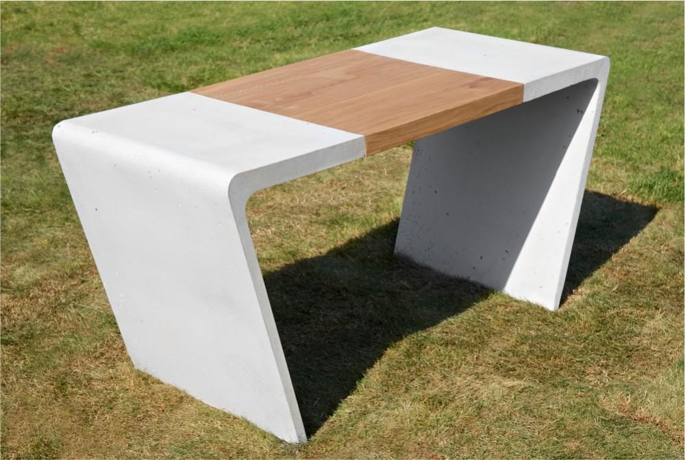 Stół z drewnianą wstawką/ Table with wooden table-top
