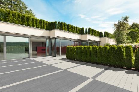 Nowoczesne nawierzchnie z betonu do ogrodu i na taras – porady i inspiracje