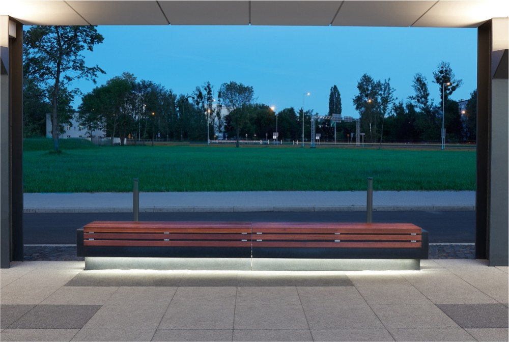 Ława z betonu szlifowanego z drewnem, podświetlana/ Bench made of polished concrete with wood